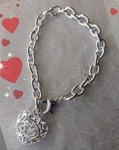 Bracelet ***NEW  💕 Silvertone Puffed Heart